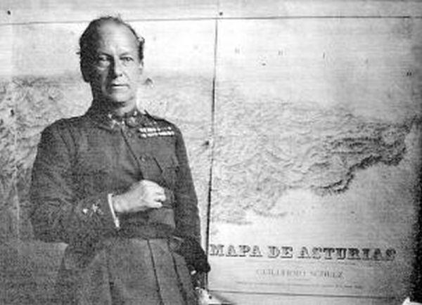 El General Eduardo López de Ochoa y Portuondo enviado por el Gobierno de la II República a Asturias para sofocar la Revolución de Octubre de 1934, delante del mapa de Schulz. Crédito de imagen: LNE, 14.02.2013.